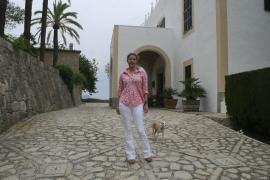 Diandra Luker vor dem S'Estaca-Haupthaus auf Mallorca.