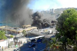 Brand vernichtet Lager in Yachthafen