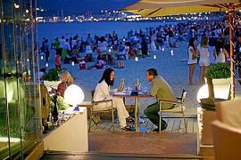 Das Nassau Beach an Palmas Stadtstrand Can Pere Antoni (Paseo Portixol) lebt von seiner Lage mit spektakulärem Blick auf die Kat