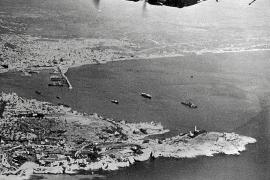 Eine italienische SM-79 überfliegt 1938 nach dem Start auf dem Militärflughafen Son Sant Joan die Küste von Palma bei Portopí u