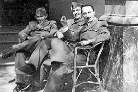 Angehörige der italienischen Flugstaffel, die von Mussolini nach Mallorca entsandt wurde, am Eingang des Gran Hotels ins Palma.