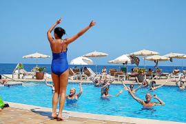 Deutsche macht das Schwimmbad schön