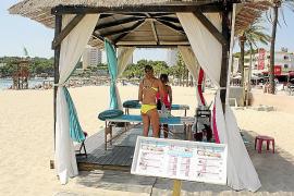 Am Strand von Magaluf wird in einer kleinen Lounge mit balinesischen Liegen gearbeitet.