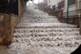 In S'Arenal verwandelten die Regenfluten die Treppensteige in reißende Flüsse.
