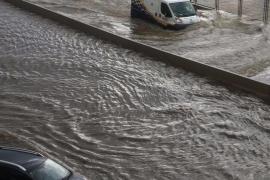 Am Paseo Marítimo staute sich das abfließende Regenwasser .
