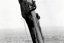 Im September 1985 wurde die Heiligenstatue aus rostfreiem Stahl per Lastkran auf den Turm gehievt. u