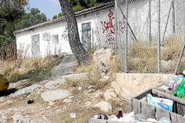 Das ehemalige Haus der Waldarbeiter ist verschlossen. Im Umfeld sammelt sich der Müll in den Behältern und im Gebüsch.