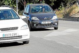 Bei zähflüssigem Verkehr darf der Fahrer des dunklen Autos auf der Linksabbiegerspur stehen bleiben und warten, bis er sich prob