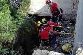 Die Feuerwehr von Mallorca versucht, die Verletzte aus dem Schacht zu ziehen.