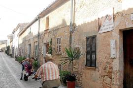 Hauptverkehrszeit im beschaulichen Petra: Rechter Hand ist das Jugendhaus des künftigen Inselheiligen Junípero Serra zu sehen.