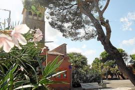 Die Kirche am Dorfplatz ist der Mittelpunkt des kleinen Küstendörfchens im Nordosten von Mallorca.