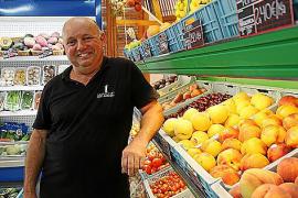 """Bernat Capó besitzt einen von zwei Supermärkten in Colònia de Sant Pere auf Mallorca. """"Die meisten Touristen sind Deutsche."""""""