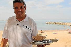 Seit 18 Jahren betreibt Rafael Pacheco ein Restaurant an der Promenade im Küstendorf im Osten von Mallorca mit Blick auf den kle