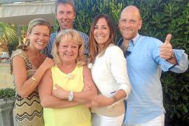 Diese fünf Konkurrenten und begeisterten Gastgeber treten in den Mallorca-Folgen gegeneinander an (v. l.): Miriam, Stefan, Elisa