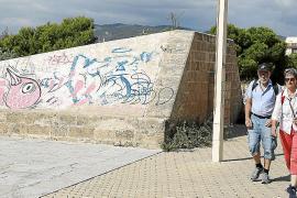 Von bürokratischer Seite her ist es ein schwieriger Akt, die Stadtmauer reinigen zu lassen