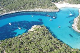 Weite Küstenstrecken ohne Hotels oder Ferienhäuser: Die Naturschutzauflagen bewahren Cala Mondragó vor neuer Bebauung und Waldro
