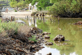 Im Frühherbst ist er meist ruhig und friedlich, bei starkem Regen wird er zum reißenden Fluss, der den Strand überspült: der Wil