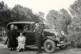 Der Diplomat mit Teilen seiner Familie und seinem V8-Ford bei einem der gemeinsamen Ausflüge auf Mallorca.