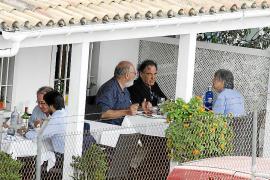 Oliver Stone mit Pedro Barbadillo vom Netzwerk Xarxa Cinema auf Mallorca.