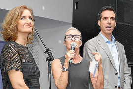 Die Macher von A.L.M.A.: Links Katja Maier (am Mikrofon) und Israel Rodríguez mit der Geschäftsführerin des Klinikums Son Espase