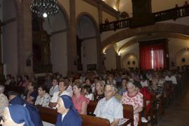 Gläubige in der Kirche von Lloseta.