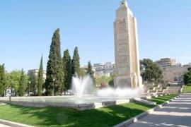 """Der Park im Jahre 2010. Damals war auf der Säule unter anderem noch """"Viva España"""" zu lesen."""