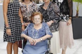 Drei  Generationen auf einem Foto: Die 100-jährige Margarita Mariano (Rollstuhl) mit ihren zwei Töchtern Magdalena und Margarita