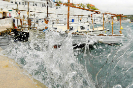 Auch auf der Mallorca-Schwesterinsel Menorca wütete der Sturm. Meterhohe Wellen wurden in Es Castell verzeichnet.