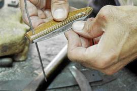 Gabriel Miralles montiert die Griffe. Früher waren sie meist aus Horn, heute wird in der Regel Buchenholz verwendet.