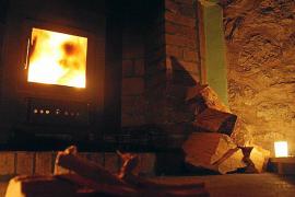 Nachts ist in den unbewirtschafteten Unterkünften auf Mallorca der Kamin Licht- und Heizquelle zugleich.