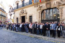 Politiker und Mitarbeiter vor dem Rathaus in Palma.