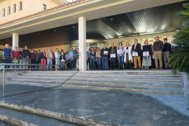 Auch am Rathaus von Calviá gedachten die Mitarbeiter den Opfern in Paris.