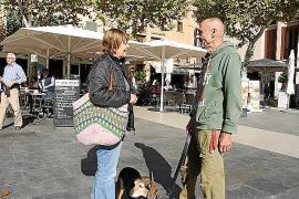 Schwätzchen auf der Plaça Major in Pollença auf Mallorca: Wenn Schriftsteller Klaus Haetzel Gesellschaft sucht, muss er nur aus