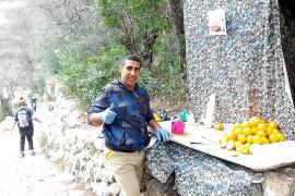 Ali verkauft mitten im Wald frisch gepressten Orangensaft.