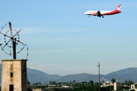 Eine Air-Berlin-Maschine im Sinkflug über Mallorca.