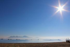 Die Sonne, wie hier über der Bucht von Pollença, soll die Energie liefern, plant die Balearen-Regierung.