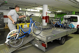Mit einem Anhänger werden die Fahrräder in die Werkstatt oder zu anderen Ausleihstationen gefahren