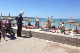 Beamter der Lokalpolizei an der Playa de Palma.