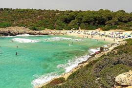 Die Cala Varques ist einer der im Sommer am stärksten überlaufenen Strände Mallorcas.