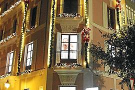 Liebevoll restauriert und in weihnachtlichem Glanz: Die historische Fassade des Stadthauses aus dem 19. Jahrhundert im Herzen vo
