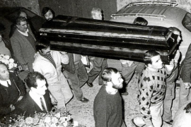 Bewohner Deiàs und Angehörige begleiten den Sarg von Graves zur letzten Ruhestätte des Dichters.