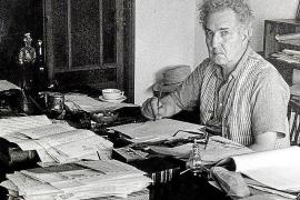 Robert Graves bei der Arbeit, am Schreibtisch in seinem Haus in Deià. Foto: Familie Graves