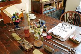 Der Schreibtisch wirkt, als sei Graves nur eben mal kurz ins Dorf gegangen.