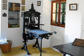 Im Haus steht auch die alte Druckpresse seines Vaters.