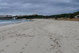 Nach dem Sommer bietet der Strand der Cala Agulla auf Mallorca wieder ein besseres Erscheinungsbild.