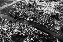 Die Aufnahme aus dem Fotoband zeigt die Stadt Sevilla aus der Vogelperspektive.