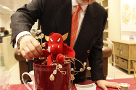 Utz Claassen schmückt seinen Weihnachtstisch mit dem Real-Mallorca-Teufelchen.