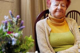 Blumen und ein Teelicht markieren Helga Voigts Platz im Essensraum. Die Rentnerin lebt jedes Jahr fünf Monate im Hotel in Cala R