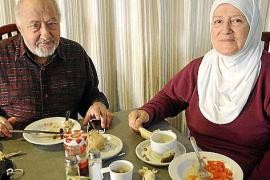 Fuad und Zilal Dehne aus Göttingen genießen es, dass sie in ihren drei Monate auf Mallorca nicht kochen müssen und ihr Zimmer tä