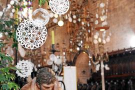 """Die Krippenfiguren knien bereits, die kunstvollen """"Neules"""" prangen darüber: Palmas Kathedrale ist für die Weihnachtsfeierlichkei"""